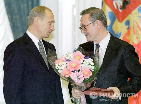 Президент России Владимир Путин вручает Государственную премию РФ актеру Юрию Соломину