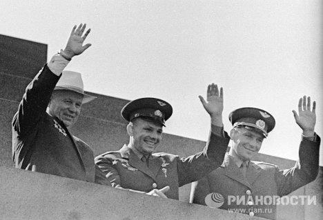 Титов, Гагарин и Хрущёв на демонстрации