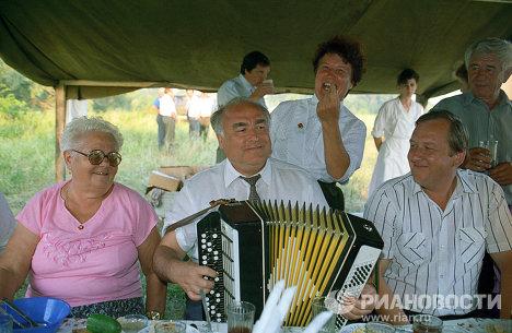 В.Черномырдин с родными во время отдыха