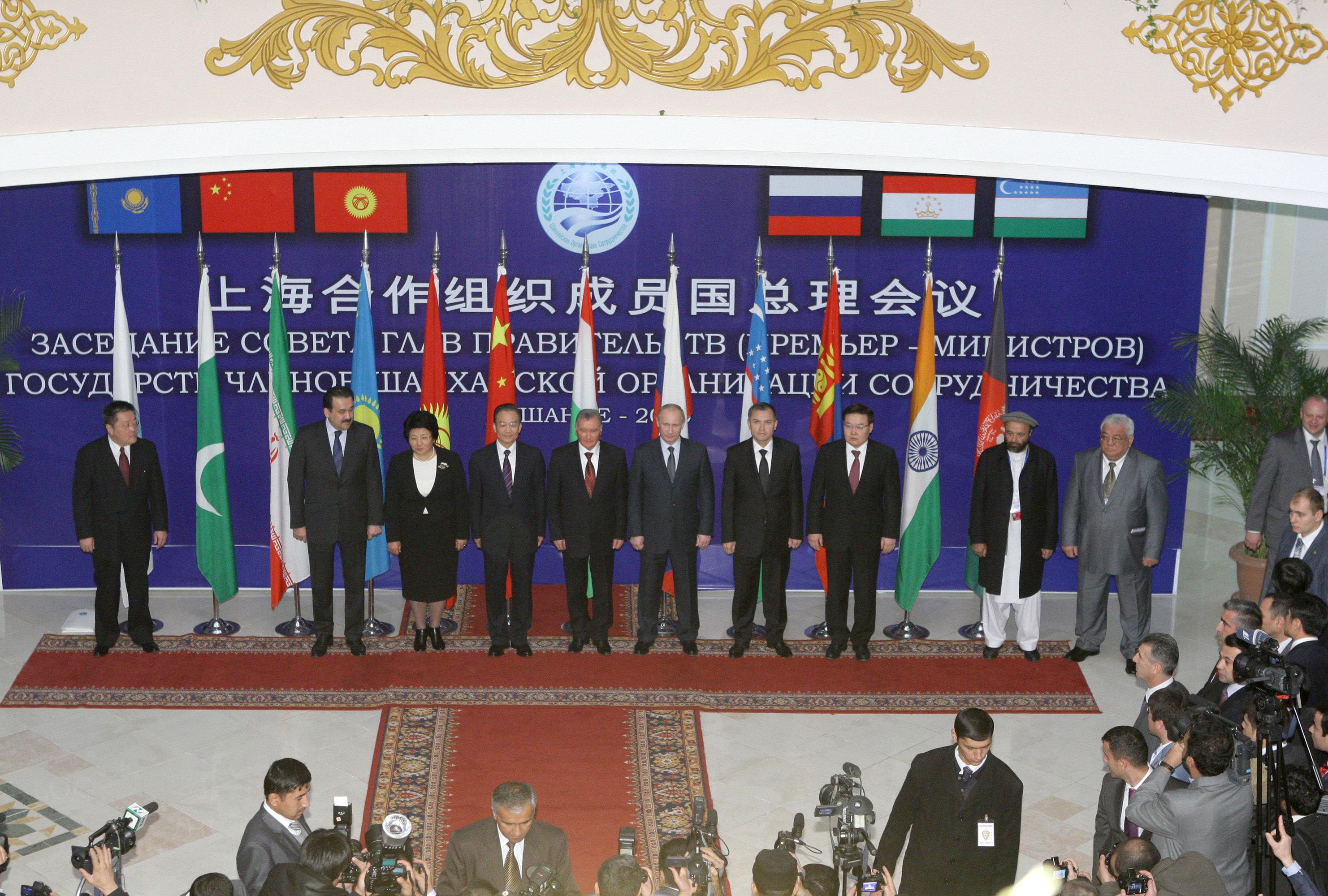 Совместное фотографирование глав правительств государств-членов ШОС, руководителей государств-наблюдателей и гостей