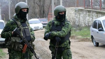 Сотрудники правоохранительных органов во время спецоперации в Дагестане