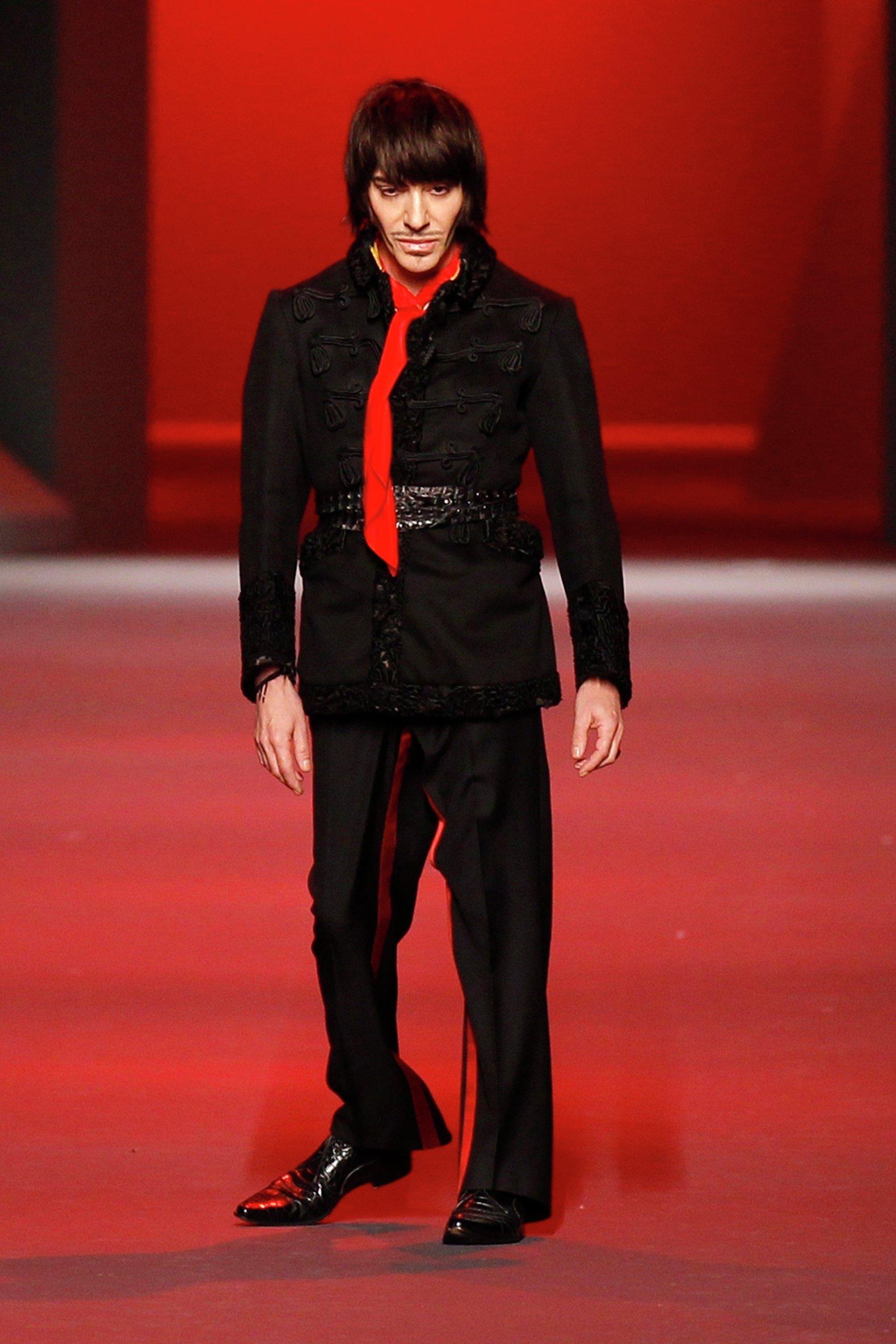 Дизайнер Джон Гальяно на Неделе Моды в Париже