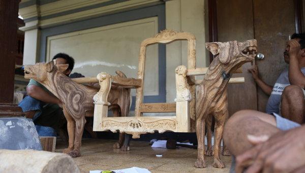 Stefan Sagmeister, Dogchair, YEAR, wood, Courtesy MAK. Работа представлена на выставке Австрия, давай!