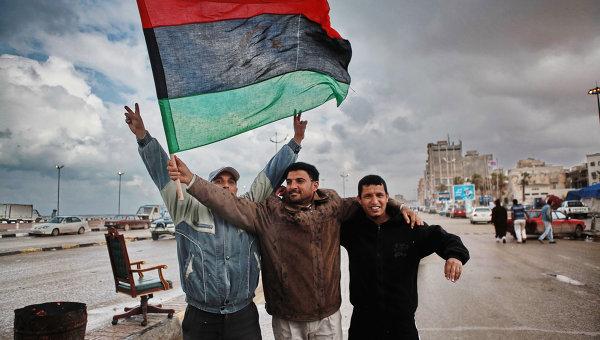 Жители Бенгази на улице города.