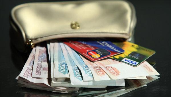 Деньги и карты. Архивное фото