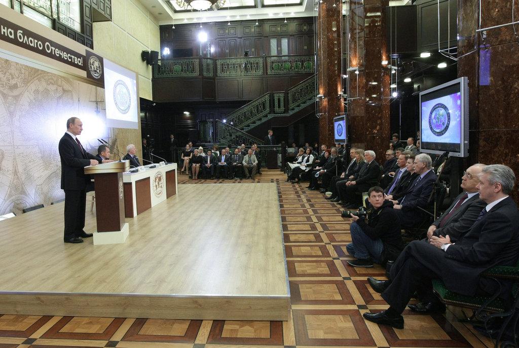 Премьер-министр РФ В.Путин на заседании Попечительского совета Русского географического общества