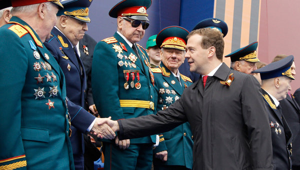 Дмитрий Медведев и Владимир Путин на параде Победы на Красной площади