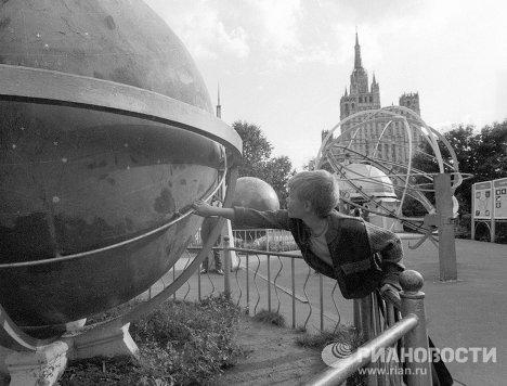 Мальчик рассматривает космический глобус