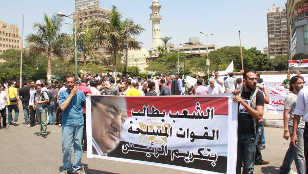 Демонстрация сторонников экс-президента Египта Хосни Мубарака на площади Мустафы Махмуда в Каире 24 июня 2011 года