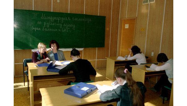 Школьники на уроке. Архив