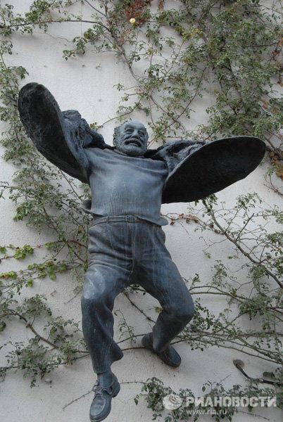 «Летящий» памятник Сергею Параджанову в Тбилиси