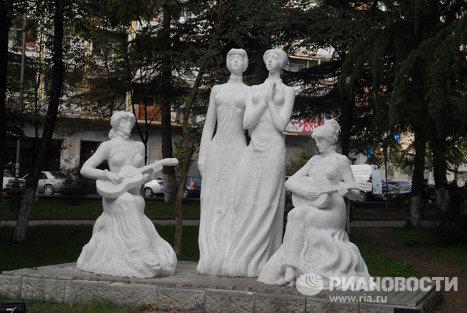 Памятник сестрам Ишхнели в Кутаиси