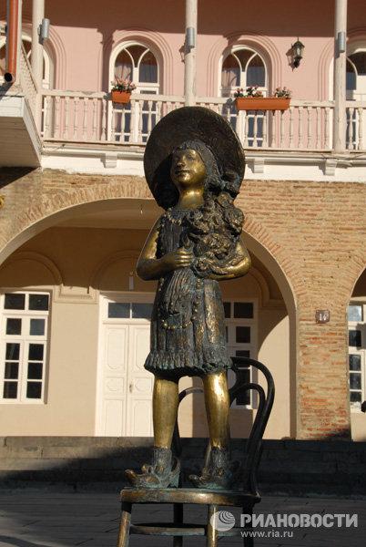 Памятник невесте перед Дворцом бракосочетания в городе Сигнахи