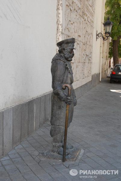 Памятник грустному дворнику в Грузии
