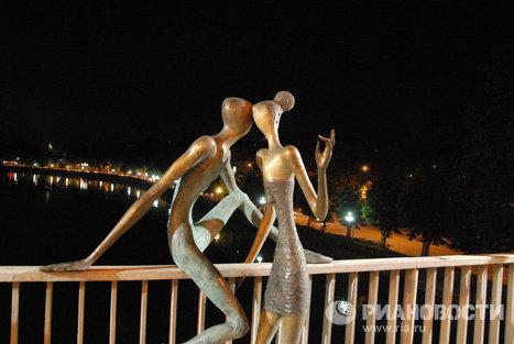Памятник влюбленным в Грузии