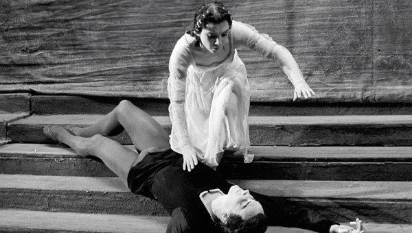 Раиса Стручкова в роли Джульетты и Марис Лиепа в роли Ромео в сцене из балета Сергея Прокофьева Ромео и Джульетта