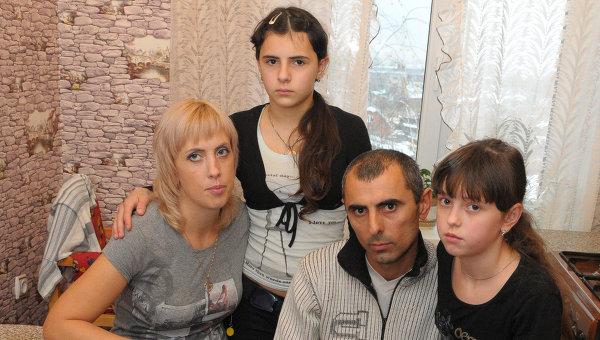 Семьи, в которых 12 лет назад в роддоме перепутали детей