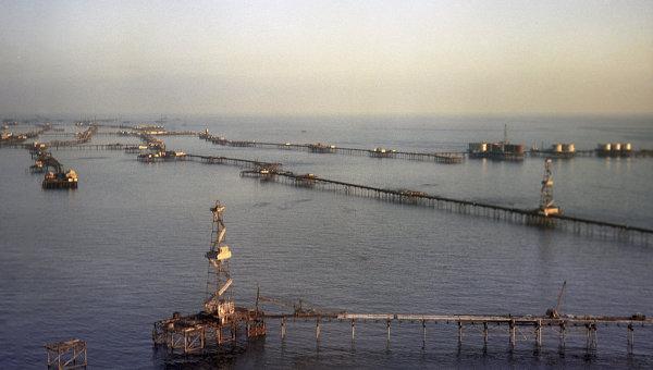 Нефтяные сооружения на Каспийском море. Архивное фото