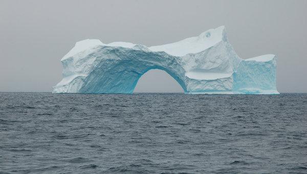 Айсберг в форме арки у берегов Гренландии. Архив