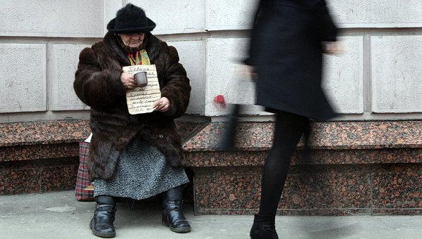 Женщина просит милостыню на одной из улиц Москвы. Архивное фото