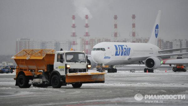 Уборка снега в аэропорту Внуково. Архивное фото