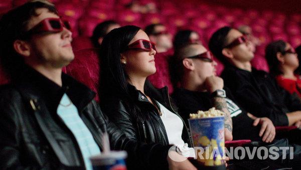 Зрители в кинотеатре во время просмотра фильма. Архивное фото
