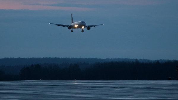 Самолет садится в аэропорту. Архивное фото
