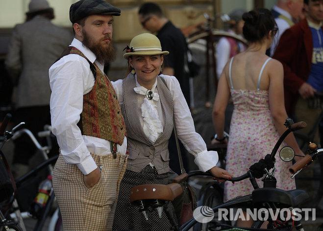 Участники Твидового велопробега на одной из центральных улиц Санкт-Петербурга.