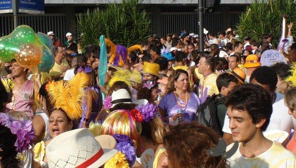 Массовые народные гуляния в Рио-де-Жанейро в преддверии карнавала