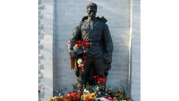 Памятник советскому Воину-Освободителю в Таллине. Архив