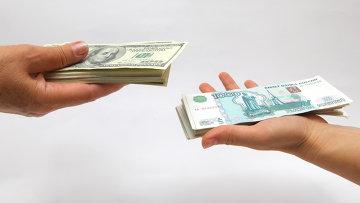 Рублевые и долларовые купюры, архивное фото