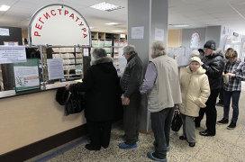 Очередь в регистратуру в районной поликлинике № 109 города Санкт-Петербурга во время эпидемии гриппа