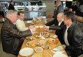"""Д.Медведев и В.Путин посетили пивной бар """"Жигули"""" на Новом Арбате"""