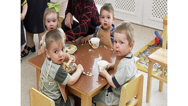 Дети завтракают в детском саду