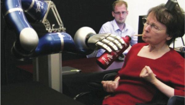 Женщина-инвалид пьет кофе при помощи кибернетической руки