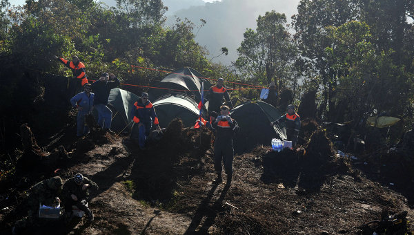 Работа спасателей МЧС РФ на месте крушения Sukhoi SuperJet-100