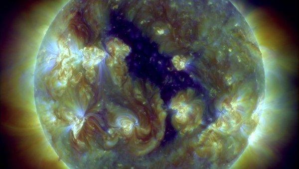 Темный силуэт корональной дыры на Солнце на снимке космической обсерватории SDO