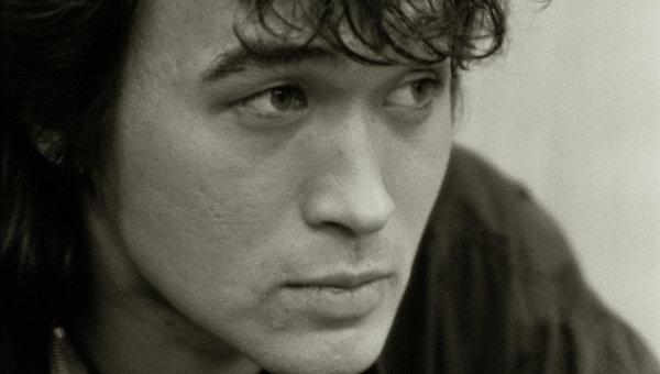 Виктор Цой перед концертом. 1990 год. Фото сделано незадолго до гибели певца