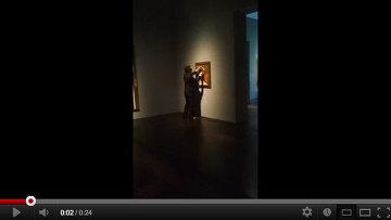 Вандал испортил полотно Пабло Пикассо Женщина в красном кресле