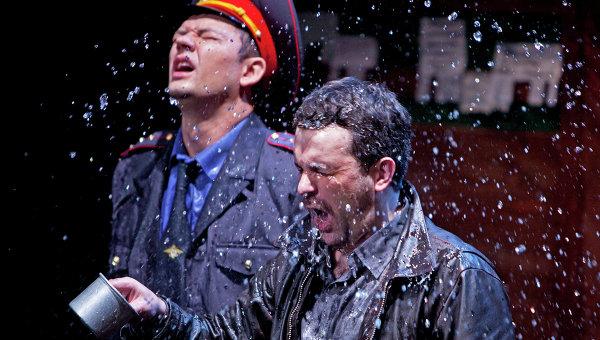 Сцена из спектакля Любовь людей в Театре им. Маяковского