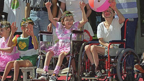 Дети-инвалиды на празднике в Детском реабилитационно-оздоровительном комплексе. Архив