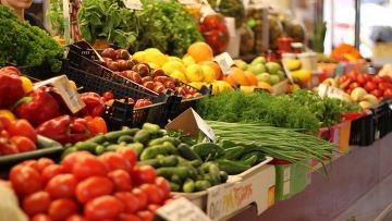 Овощной прилавок на рынке, архивное фото