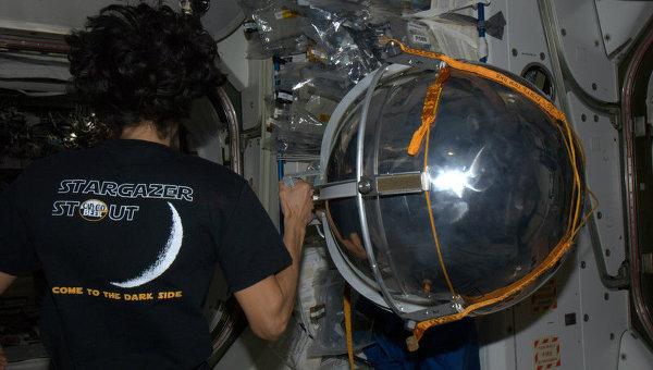Микроспутник Сфера, запущенный российскими космонавтами Геннадием Падалкой и Юрием Маленченко во время выхода в открытый космос, 20 августа