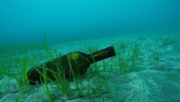 Бутылка на дне моря. Архивное фото