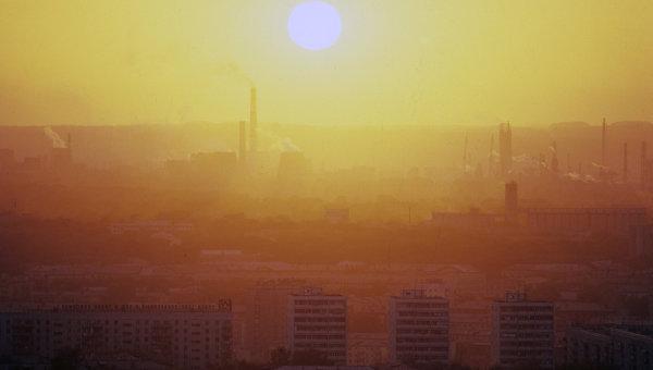 Смог, образованный промышленными выбросами предприятий. Архивное фото