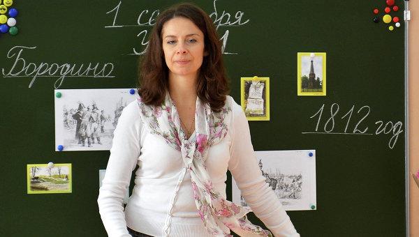 Учительница с первоклассниками в учебном классе