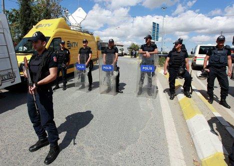 Сотрудники полиции на месте взрыва у полицейского участка в Стамбуле
