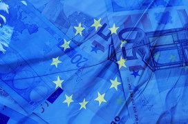 Флаг Евросоюза и купюры евро. Архивное фото