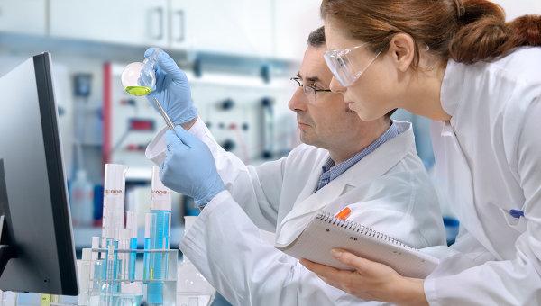 Ученые работают в лаборатории