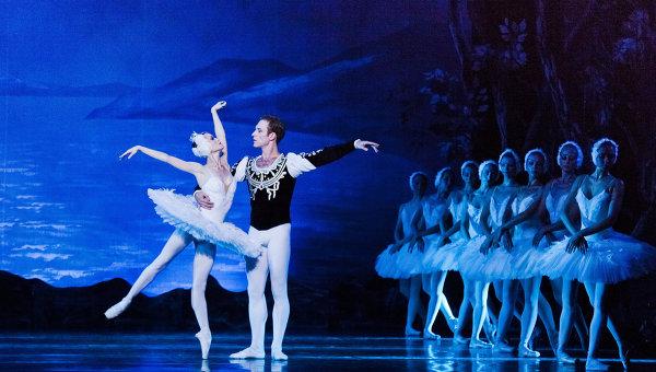 Сцена из балета Лебединое озеро в РАМТ